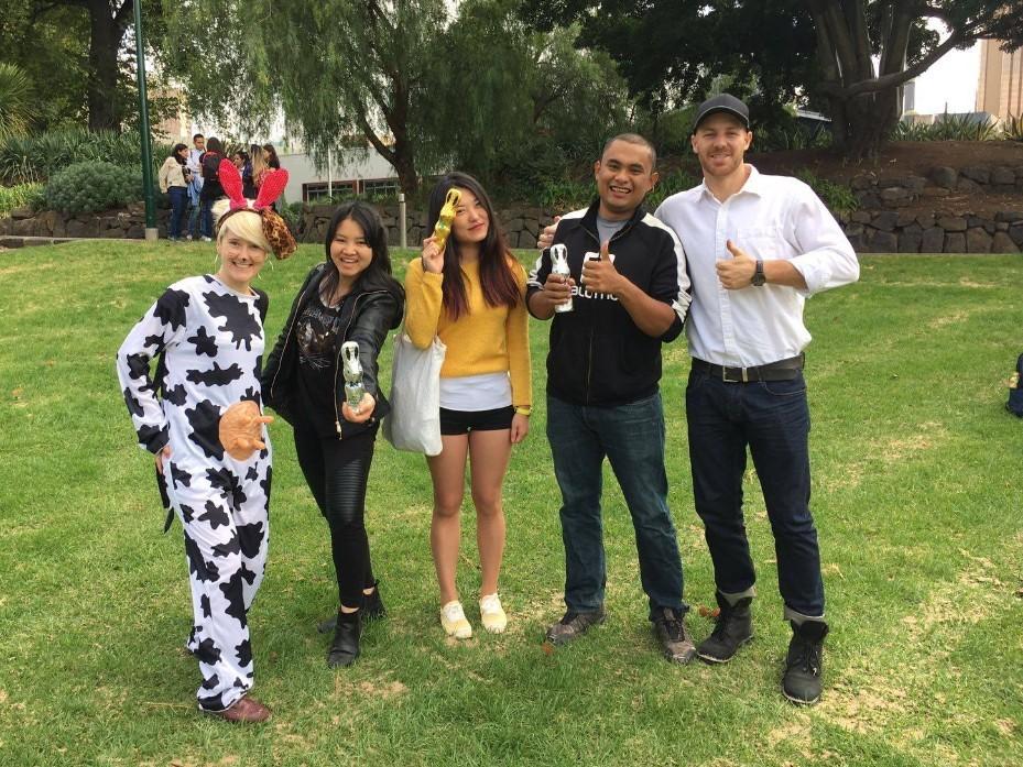 ウサギのチョコを見つけた生徒と先生たち